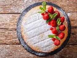 Орехов кекс със сладко от ягоди - снимка на рецептата